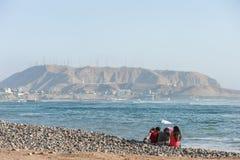 LIMA PERU - APRIL 14, 2013: South Pacific havkust i Miraflores, Lima, Peru Lokalt folk och berg i bakgrund royaltyfria foton