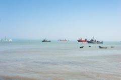 LIMA PERU - APRIL 12, 2013: South Pacific havkustlinje med skepp och yachter fotografering för bildbyråer