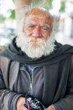 LIMA, PERU - 15. APRIL 2013: Unbekannter Obdachloser mit grauem Bart Bonbons in Lima, Peru essend Stockfotos