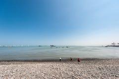 LIMA, PERU - APRIL 12, 2013: Zuid-Pacifische Oceaankustlijn met Schepen en Jachten Drie mensen op kust Stock Afbeeldingen