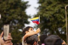 Lima, Lima/Peru - 2 de fevereiro de 2019: Criança que mantém a bandeira venezuelana no protesto contra Nicolas Maduro imagem de stock royalty free