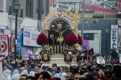 Lima, Peru - 28 de outubro de 2017: Procissão do senhor dos milagre foto de stock
