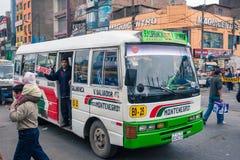 Lima/Peru Jun 13 2008: De zeer populaire bus van het stadsvervoer met de persoon die zich bij de deur bevinden stock foto