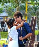 Lima, Peru Junges glückliches Paar, das in einem Park umarmt stockbild