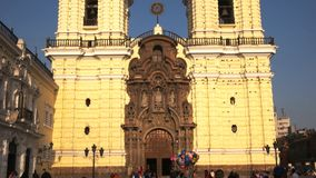 Lima, Peru junho, 12, 2016: inclinação da tarde abaixo do tiro do monastério San Francisco em Lima video estoque