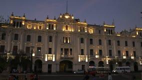 LIMA, PERU JUNHO, 12, 2016: o crepúsculo disparou de uma construção histórica na plaza san Martin em Lima vídeos de arquivo