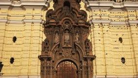 Lima, Peru junho, 12, 2016: perto acima do detalhe arquitetónico do monastério San Francisco em Lima filme