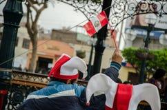 Lima, Peru - 10. Oktober 2017: Fanatismus in Peru Peru gegen Kolumbien Russland 2018 lizenzfreie stockfotos