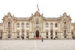 LIMA, PERU - 31. OKTOBER 2011: Regierungspalast mit Schutz Lizenzfreie Stockfotos