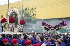 Lima Peru - OKTOBER 28th 2017: Procession av Herren av mirakel Arkivfoto