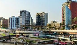 Lima, Peru Panorama van Larcomar-winkelcentrum bij het Miraflores-district stock fotografie