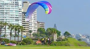 lima peru Paragliding i det Miraflores området royaltyfria foton