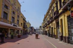 Lima, Petu - 31 de dezembro de 2013: Opinião da rua da cidade velha de Lima com Fotografia de Stock