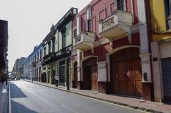 Lima, Petu - 31 de dezembro de 2013: Opinião da rua da cidade velha de Lima com Fotos de Stock