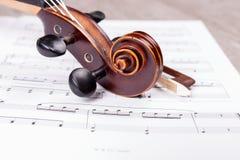 ?limacznica klasyczny skrzypce na muzycznych notatkach obraz stock