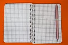 Ślimakowaty notatnik z menchii piórem Obraz Royalty Free