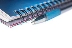 Ślimakowaty notatnik z piórem Zdjęcie Royalty Free