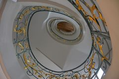 Ślimakowaty schody w historycznym budynku w Berlin zdjęcia royalty free