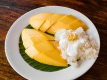 Limaktiga ris äter med mango Arkivbild