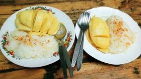 Limaktiga ris, kokosnöt mjölkar, mjölkar kokosnöten, och den söta mango är läcker Royaltyfri Fotografi