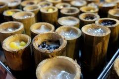 Limaktiga ris som grillas i bambu royaltyfri foto