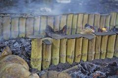 Limaktiga ris som grillas i bambu Royaltyfri Bild