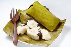 Limaktiga ris strömmade med bladet för banansjalbananen Arkivbilder