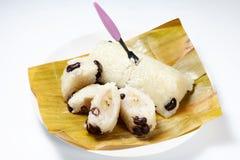 Limaktiga ris strömmade med bladet för banansjalbananen Royaltyfri Bild
