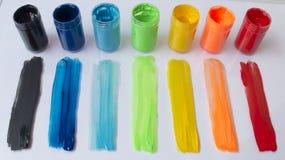 Limande colorate di pittura e delle latte della pittura Immagine Stock