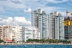 Limassol budynki mieszkaniowi przy nabrzeżem i śródmieście Cypr zdjęcia stock