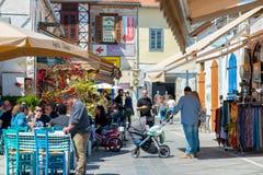 LIMASSOL, CHIPRE - 1 DE ABRIL DE 2016: Café de la calle con la gente que pasa cerca en la vieja parte de la ciudad Foto de archivo