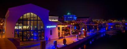 LIMASSOL, CHIPRE - 19 DE AGOSTO DE 2014: Panorama de la noche de un puerto deportivo nuevamente construido de Limassol foto de archivo