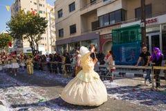 LIMASSOL, CHIPRE - 26 DE FEBRERO: Carnivalists en sombreros de un cilindro de la plata alegre sigue la banda del municipio de Lim Imagen de archivo libre de regalías