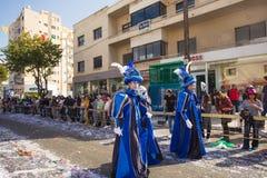 LIMASSOL, CHIPRE - 26 DE FEBRERO: Carnivalists en sombreros de un cilindro de la plata alegre sigue la banda del municipio de Lim Imagen de archivo