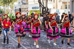 LIMASSOL, CHIPRE - 26 DE FEBRERO: Carnivalists en sombreros de un cilindro de la plata alegre sigue la banda del municipio de Lim Imágenes de archivo libres de regalías