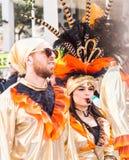 LIMASSOL, CHIPRE - 26 DE FEBRERO: Carnivalists en sombreros de un cilindro de la plata alegre sigue la banda del municipio de Lim Imagenes de archivo