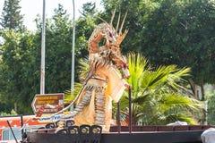 LIMASSOL, CHIPRE - 26 DE FEBRERO: Carnivalists en sombreros de un cilindro de la plata alegre sigue la banda del municipio de Lim Fotografía de archivo libre de regalías