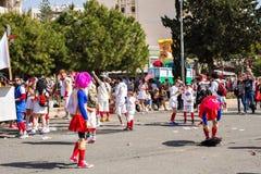 LIMASSOL, CHIPRE - 26 DE FEBRERO: Carnivalists en sombreros de un cilindro de la plata alegre sigue la banda del municipio de Lim Fotos de archivo