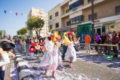 LIMASSOL, CHIPRE - 26 DE FEBRERO: Carnivalists en sombreros de un cilindro de la plata alegre sigue la banda del municipio de Lim Foto de archivo
