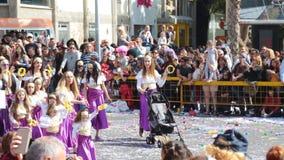LIMASSOL, CHIPRE - 26 DE FEBRERO: Desfile de carnaval magnífico, el 26 de febrero de 2017 en Limassol, Chipre almacen de video