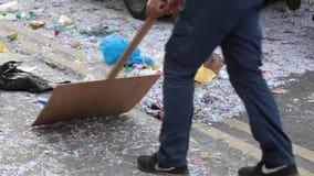 LIMASSOL, CHIPRE - 26 DE FEBRERO: Limpiador de calle con el aspirador industrial almacen de metraje de vídeo