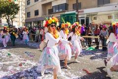 LIMASSOL, CHIPRE - 26 DE FEBRERO: Los participantes no identificados del carnaval marchan en desfile de carnaval de Chipre, el 26 Fotos de archivo libres de regalías