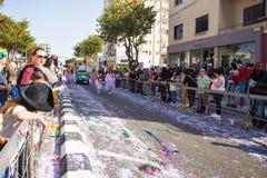 LIMASSOL, CHIPRE - 26 DE FEBRERO: Los participantes no identificados del carnaval marchan en desfile de carnaval de Chipre, el 26 Imágenes de archivo libres de regalías