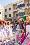 LIMASSOL, CHIPRE - 26 DE FEBRERO: Los participantes no identificados del carnaval marchan en desfile de carnaval de Chipre, el 26 Imagen de archivo libre de regalías