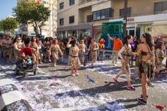 LIMASSOL, CHIPRE - 26 DE FEBRERO: Los participantes no identificados del carnaval marchan en desfile de carnaval de Chipre, el 26 Fotos de archivo