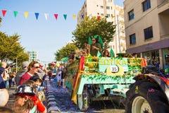 LIMASSOL, CHIPRE - 26 DE FEBRERO: Los participantes no identificados del carnaval marchan en desfile de carnaval de Chipre el 26  Imágenes de archivo libres de regalías