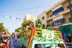 LIMASSOL, CHIPRE - 26 DE FEBRERO: Los participantes no identificados del carnaval marchan en desfile de carnaval de Chipre el 26  Fotografía de archivo