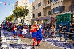 LIMASSOL, CHIPRE - 26 DE FEBRERO: Los participantes no identificados del carnaval marchan en desfile de carnaval de Chipre el 26  Fotos de archivo libres de regalías