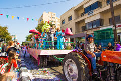 LIMASSOL, CHIPRE - 26 DE FEBRERO: Los participantes no identificados del carnaval marchan en desfile de carnaval de Chipre el 26  Foto de archivo libre de regalías