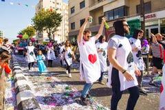 LIMASSOL, CHIPRE - 26 DE FEBRERO: Los participantes no identificados del carnaval marchan en desfile de carnaval de Chipre el 26  Imagenes de archivo